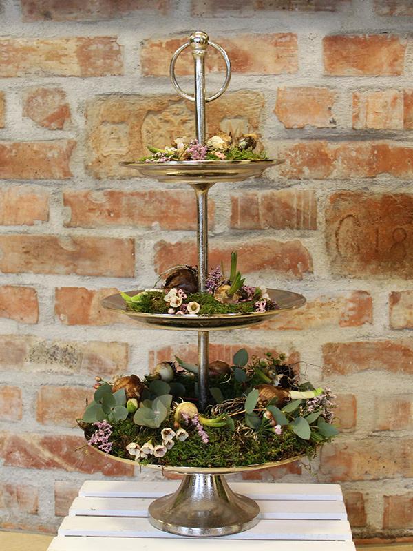 Grünwerkstatt Etagere mit Blumenzwiebeln und Frühlingsdeko