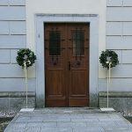 Grünwerkstatt Kränze an Kircheneingang